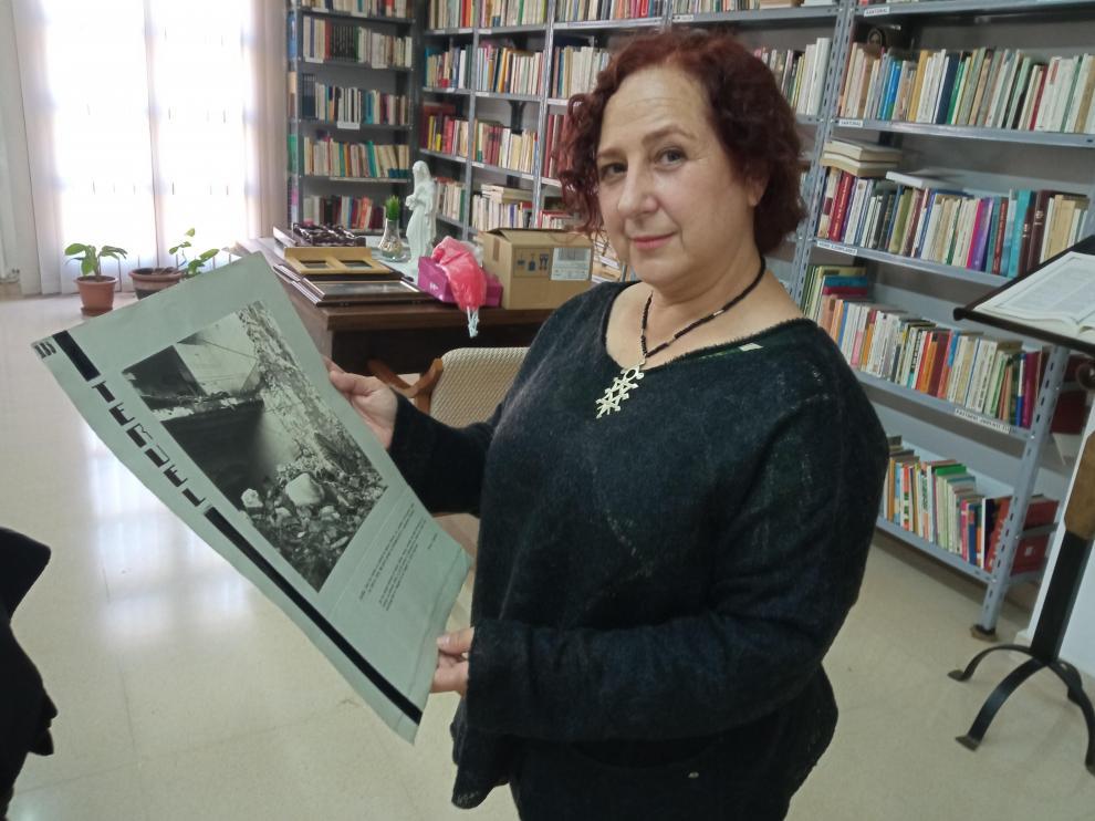 Marta López Beriso con una de las fotos del Museo de los Mártires Claretianos.
