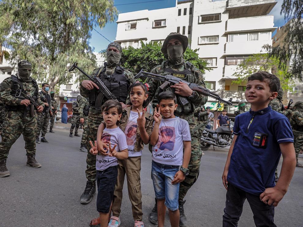 Niños de Gaza se fotografían con los soldados.