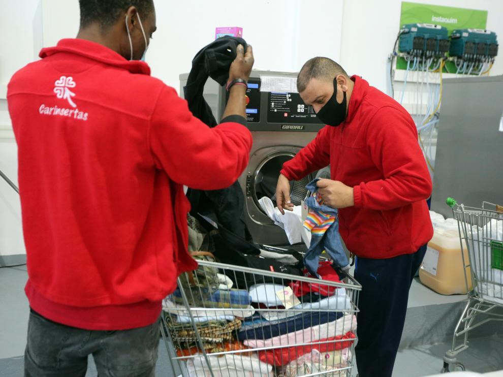 Trabajadores del servicio de lavandería de Carinsertas.