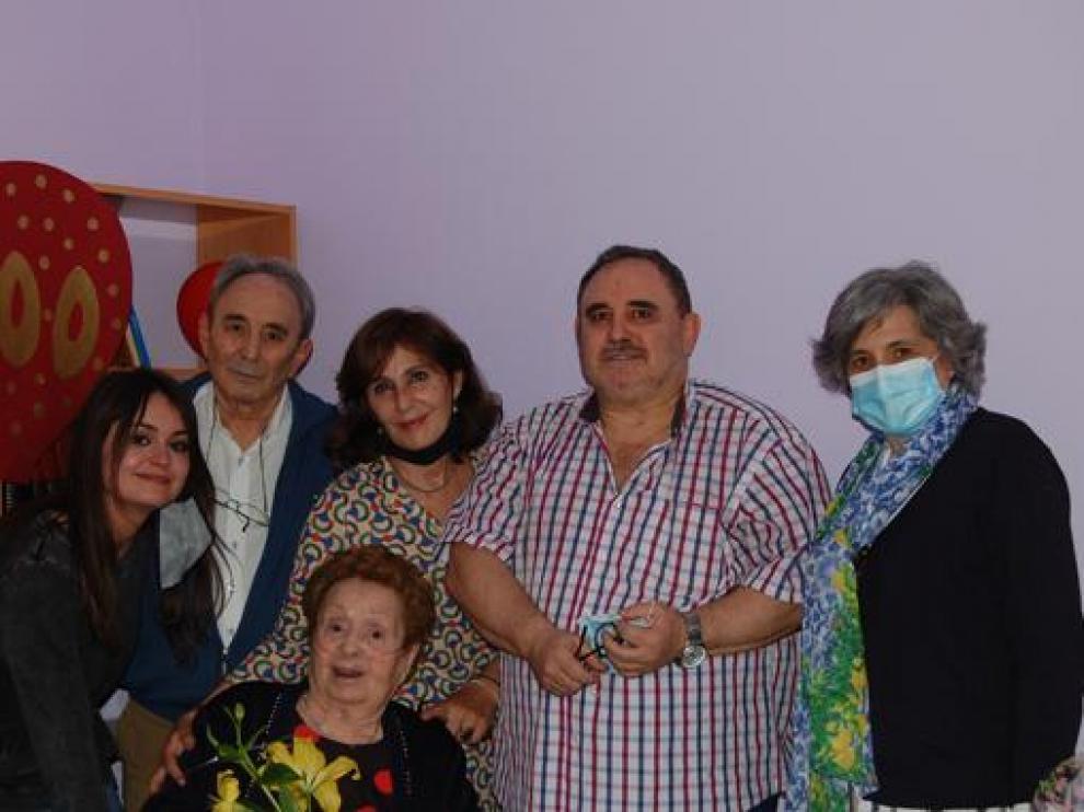 Carmen Blecua, rodeada de su familia