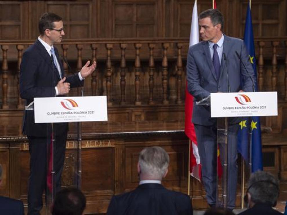 Sánchez (derecha)ha recibido en Alcalá de Henares a su homólogo polaco, Mateusz Moraviecki.