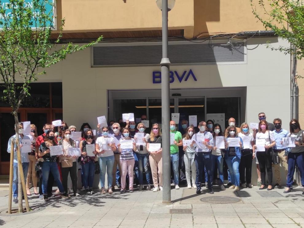 Trabajadores de la entidad situada en la calle Zaragoza durante la jornada de huelga