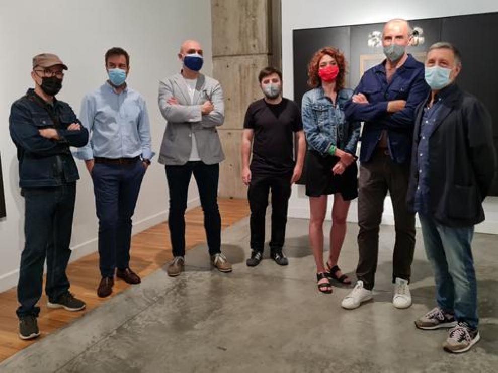 Algunos de los artistas que participan en la muestra con representantes del Gobierno de Aragón.