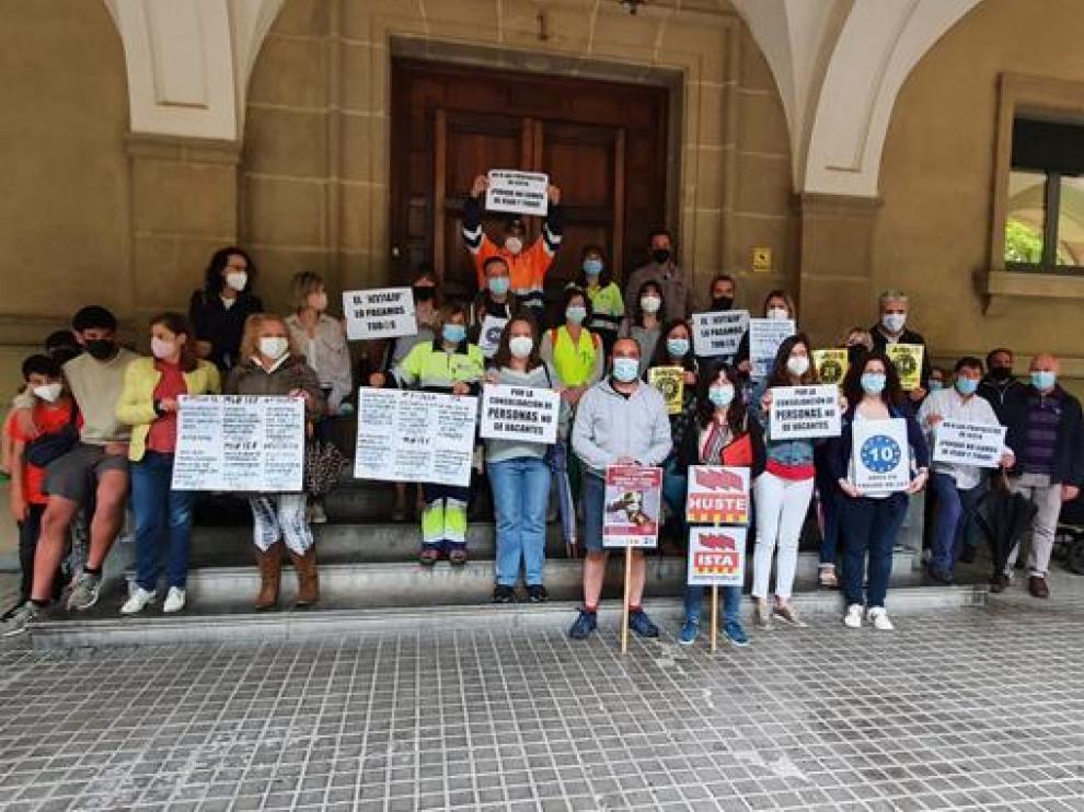 Interinos oscenses concentrados contra la reforma del Ebep.