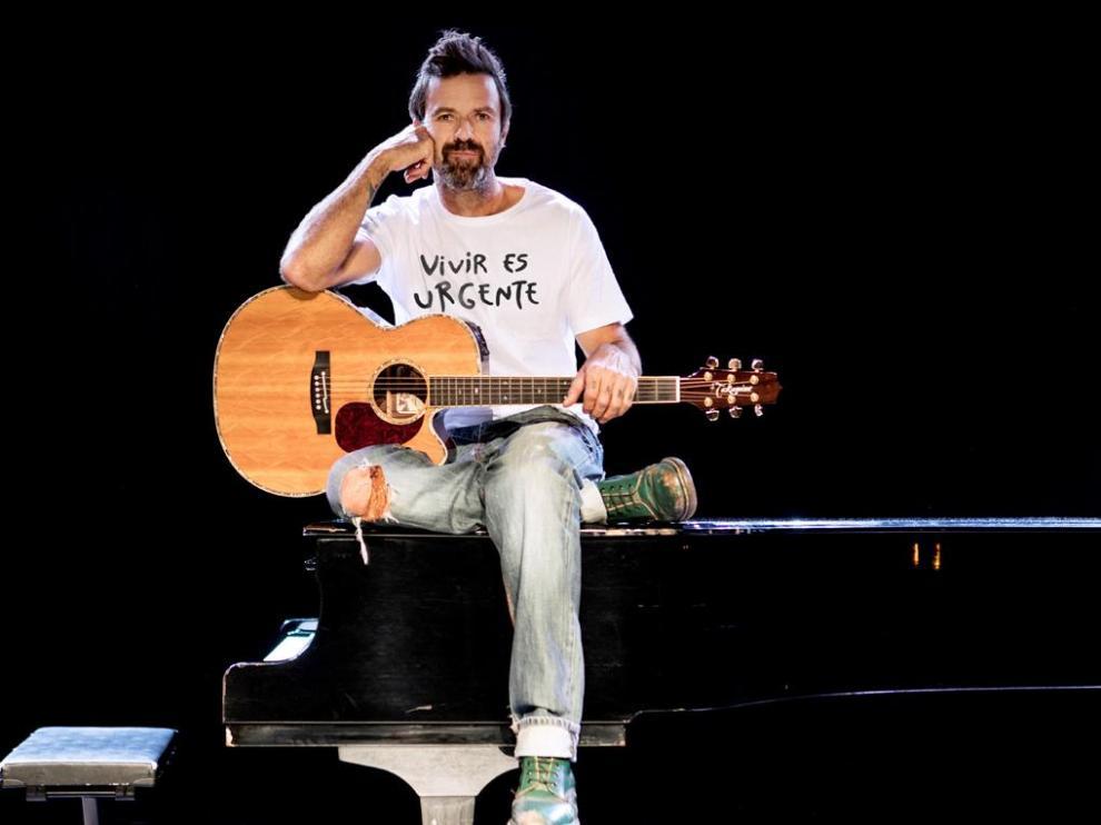 """Pau Donés con su camiseta solidaria con el lema """"Vivir es Urgente"""""""