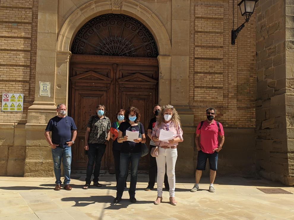 Miembros de la Plataforma para la Defensa del Patrimonio frente a la fachada del Seminario