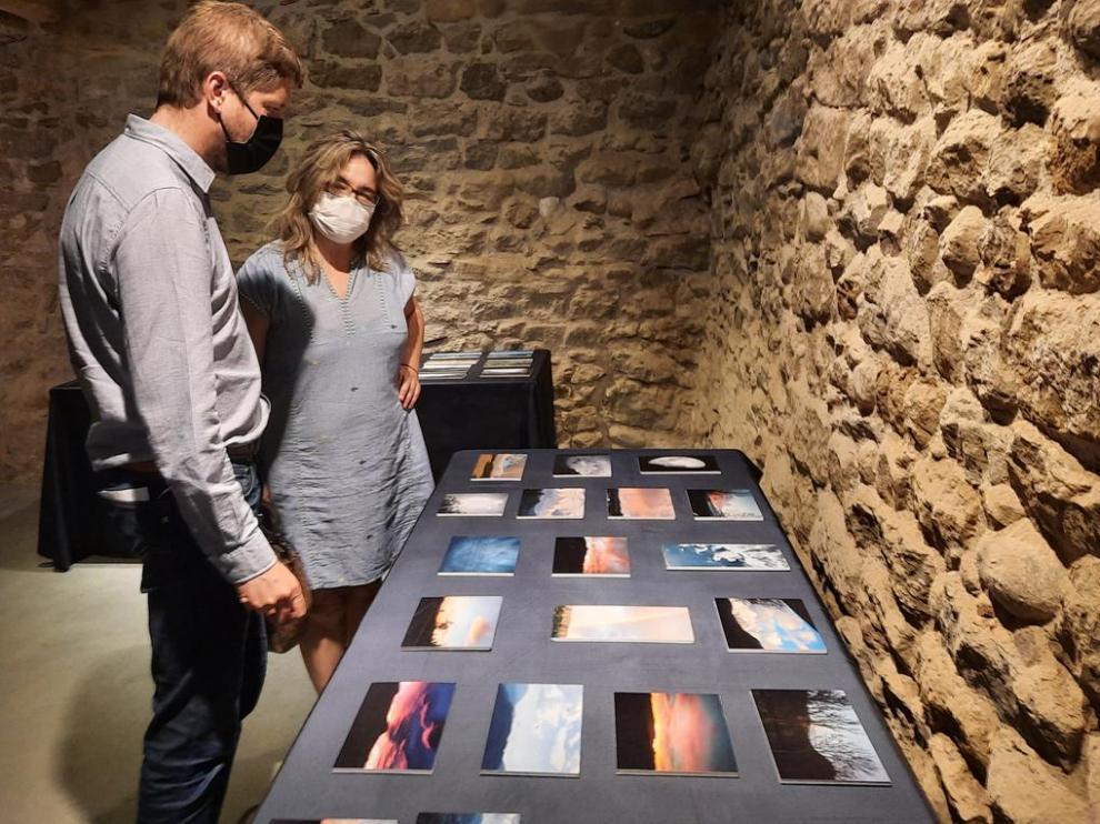 El presidente ribagorzano Marcel Iglesias y la técnico de Cultura, Loli Gracia, en la exposición