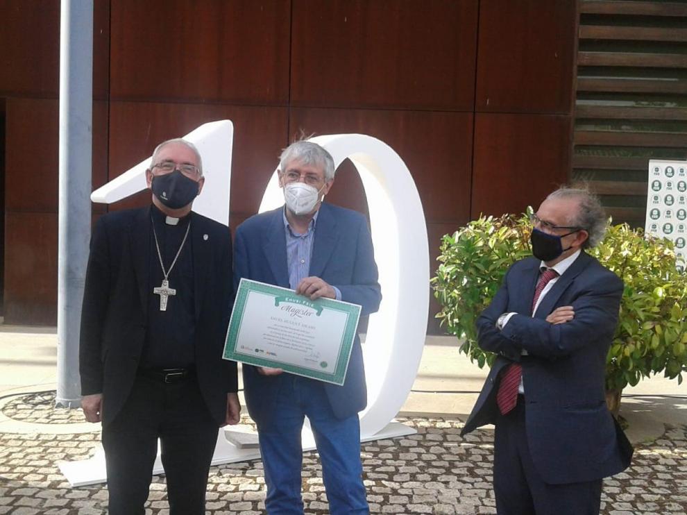 Ángel Huguet, en el centro, recibe este reconocimiento por su labor.