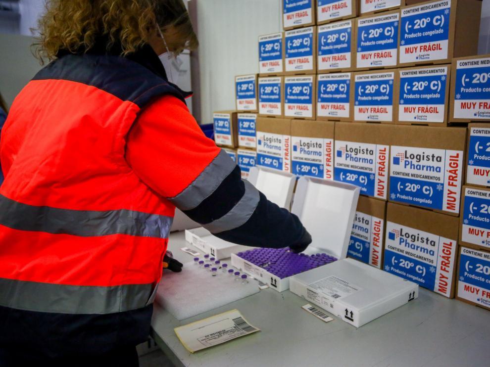 Una trabajadora coloca cajas con vacunas en el centro logístico Pharma de Leganés.