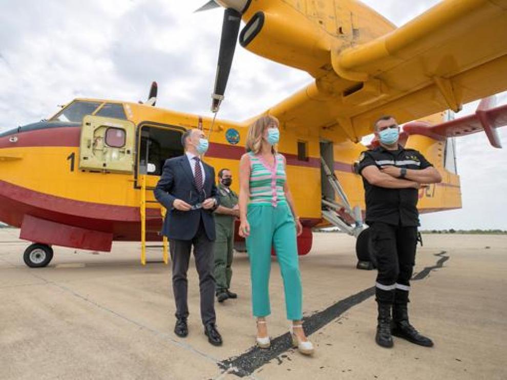 La delegada del Gobierno en Aragón, Pilar Alegría, durante su visita ayer a la Base Aérea de Zaragoza.