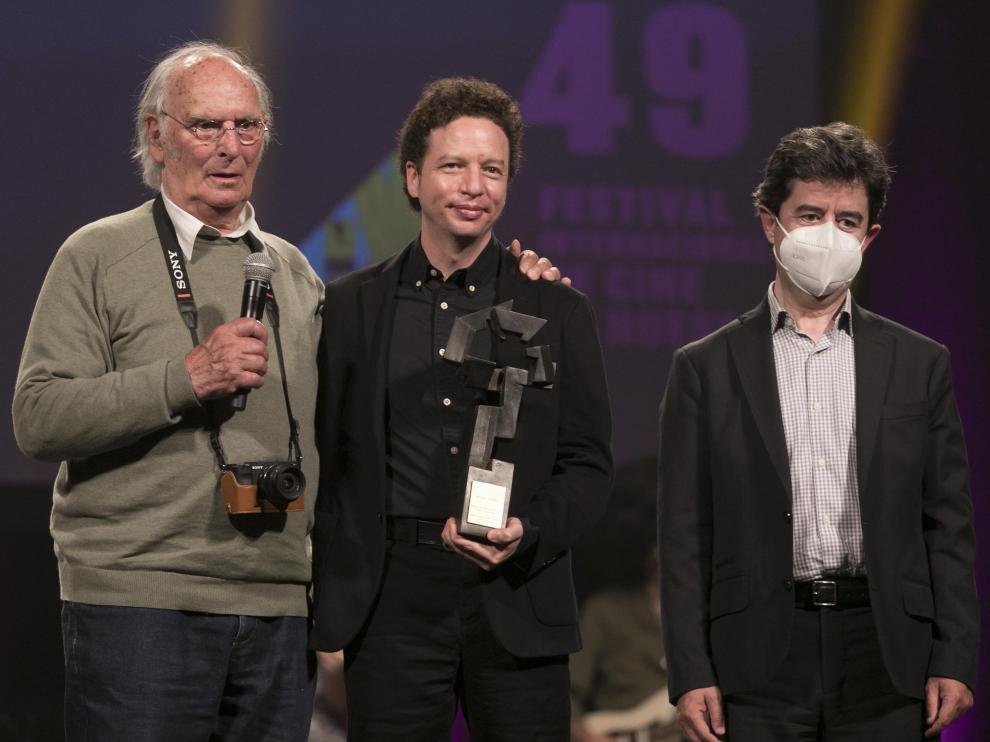 Carlos Saura (izquierda) y Luis Felipe (derecha) entregaron el premio a Michel Franco.