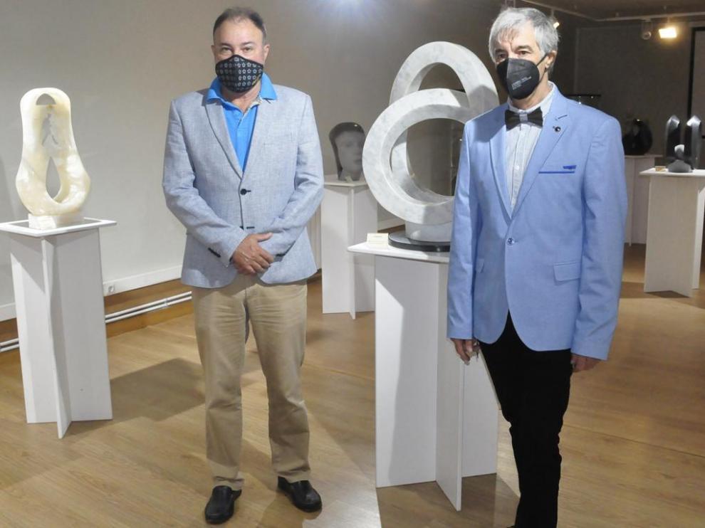 Exposición de Pedro Anía Gérez (a la derecha) en la Sala Burnao con el coronel Francisco Rubio (a la izquierda)