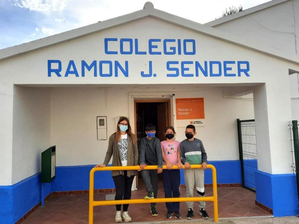 La maestra con los tres alumnos de este curso del colegio Ramón J. Sender, dos de los cuales pasan al instituto, pero llegan otros dos que evitan el cierre