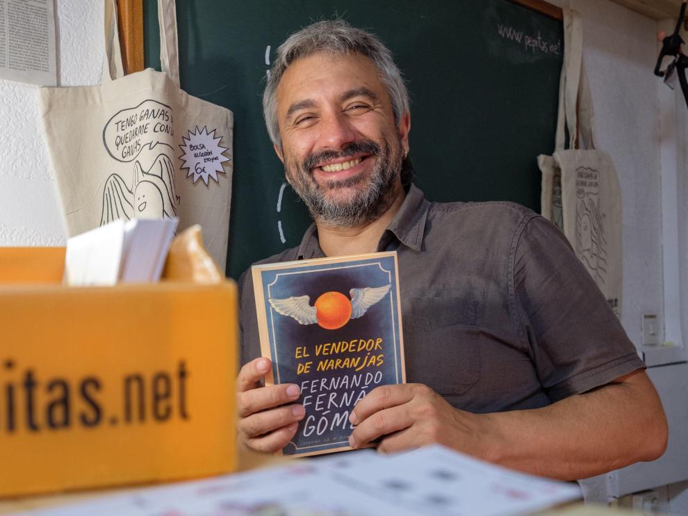 Julián Lacalle, editor de Pepitas de Calabaza,muestra El vendedor de naranjas.