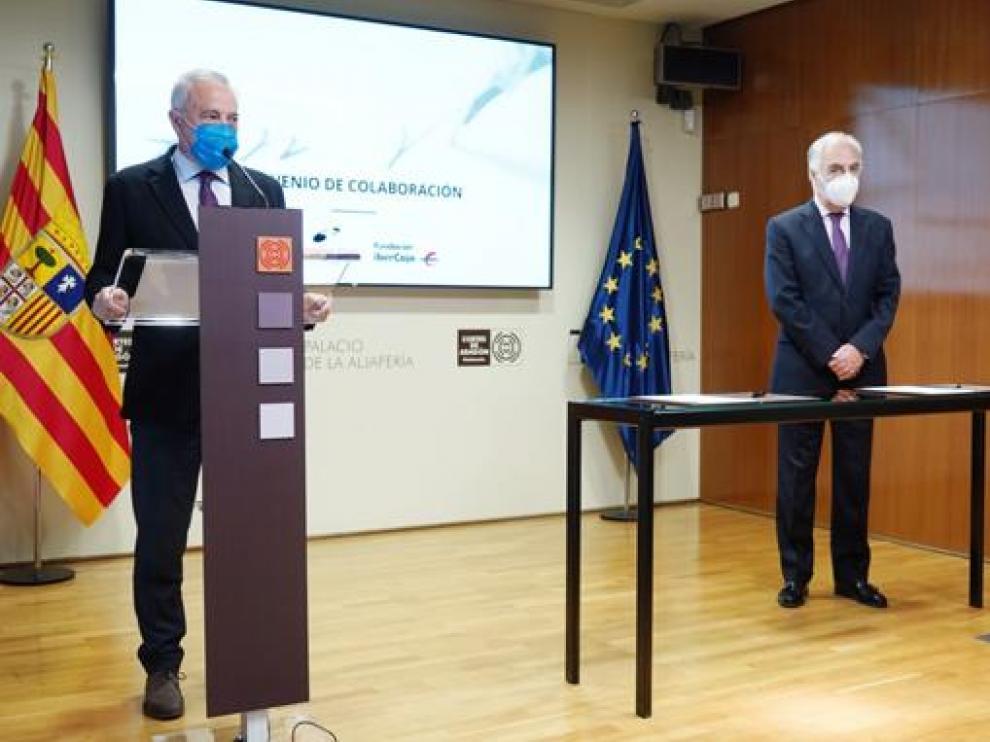 El presidente de las Cortes de Aragón y copresidente de la Fundación Giménez Abad, Javier Sada, y el director general de la Fundación Ibercaja, José Luis Rodrigo