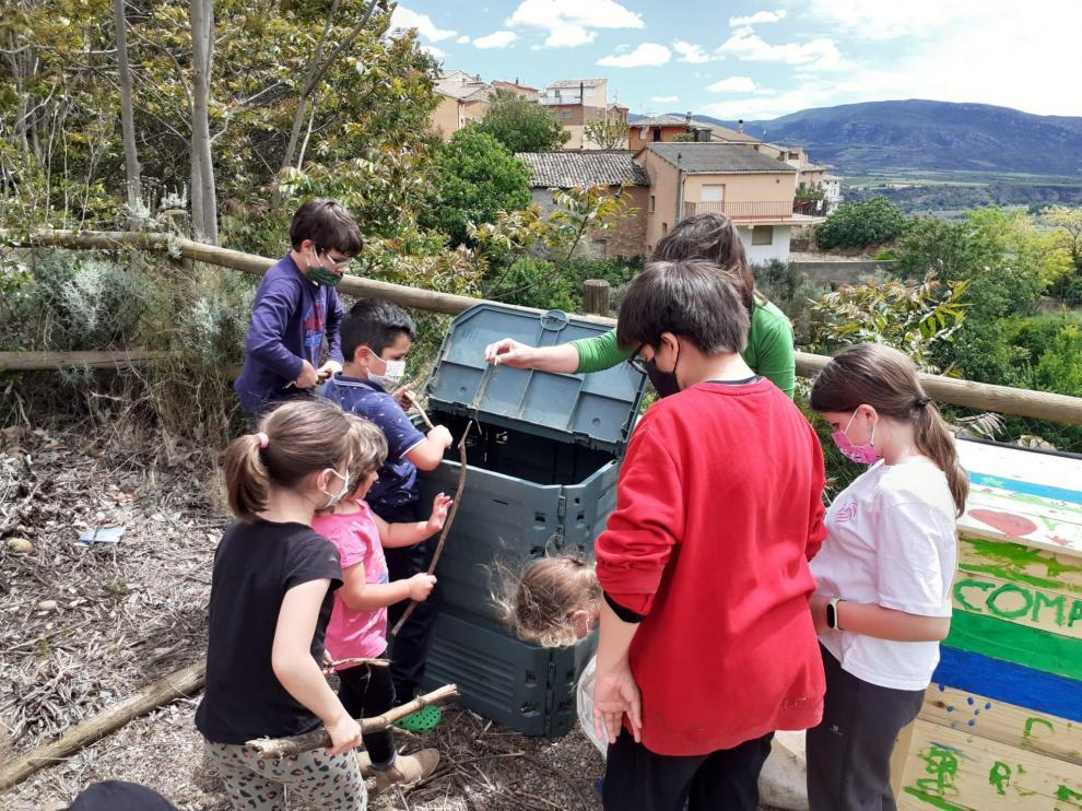 Los escolares están totalmente implicados en el compostaje