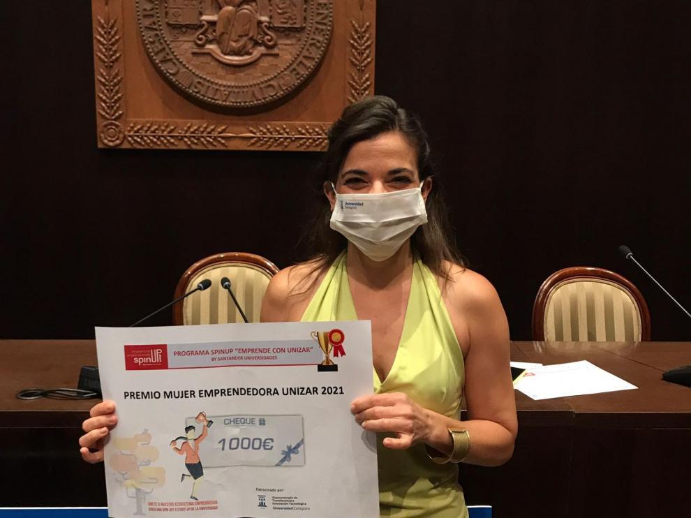 Raquel Pérez Ordás muestra el diploma que la acredita como ganadora.