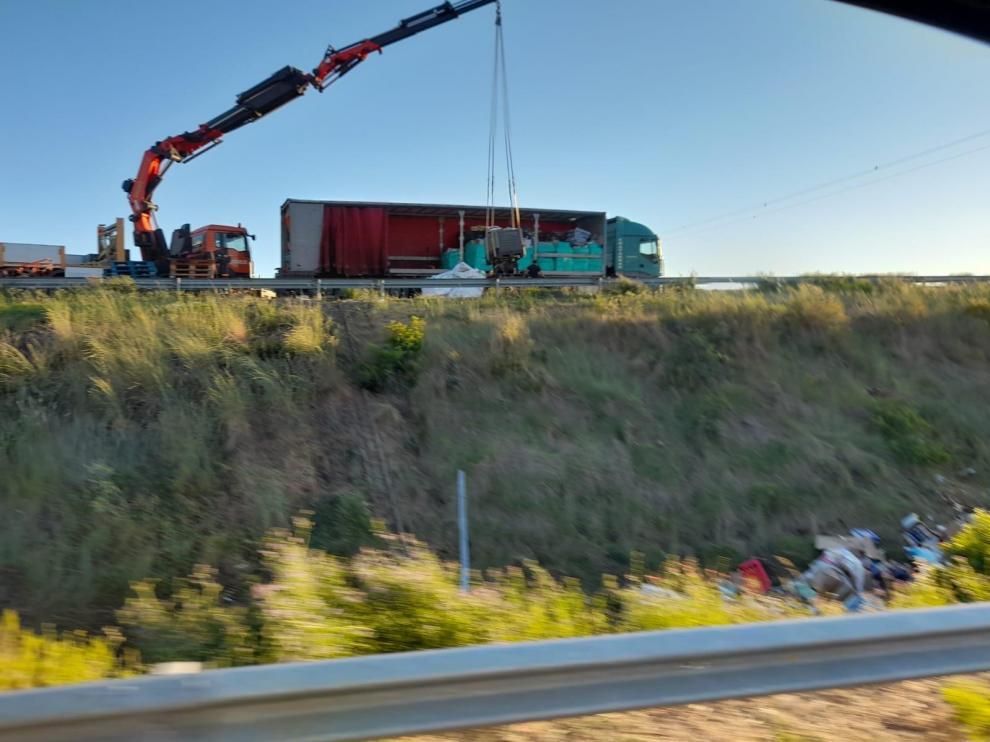 El camión grúa realiza las labores para recuperar la carga del camión.