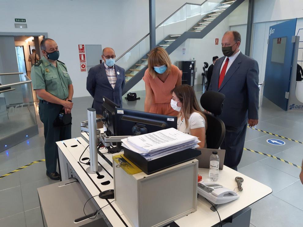 La delegada del Gobierno en Aragón, Pilar Alegría, ha visitado este vienes el Centro de Gestión del Tráfico Pirineos-Valle del Ebro de DGT