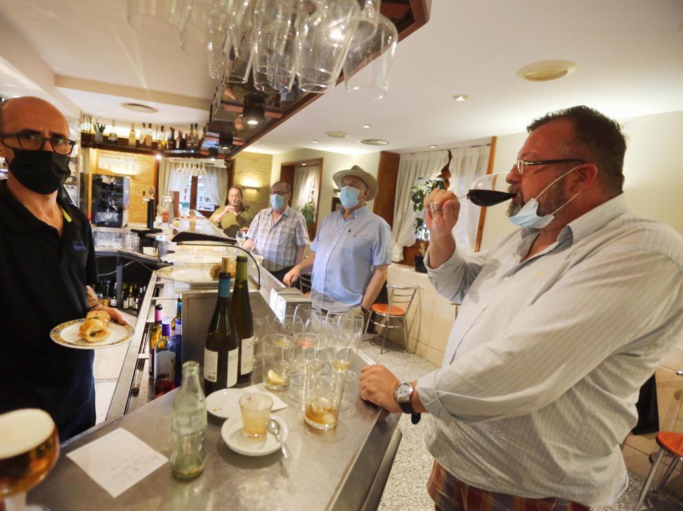 Clientes este viernes en la barra de un bar en el centro de Huesca, servicio que los bares han recuperado con la fase 1.