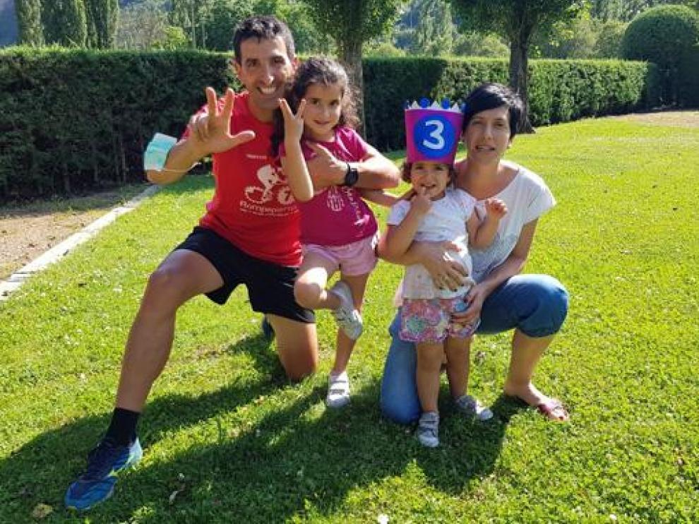 Eloy Suils y Lorena Lanau con sus hijas Andrea y Paula.
