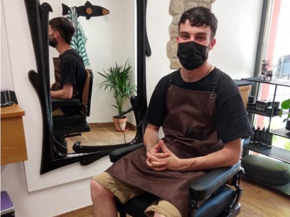 Gonzalo Sanz, sentado en el clásico sillón de barbero de su abuelo y ante el espejo en el que se miraron sus clientes.
