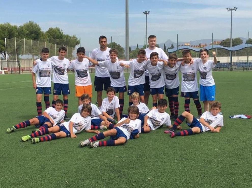El equipo alevín F-11 del Huesca, ayer, celebrando el ascenso a la primera categoría.