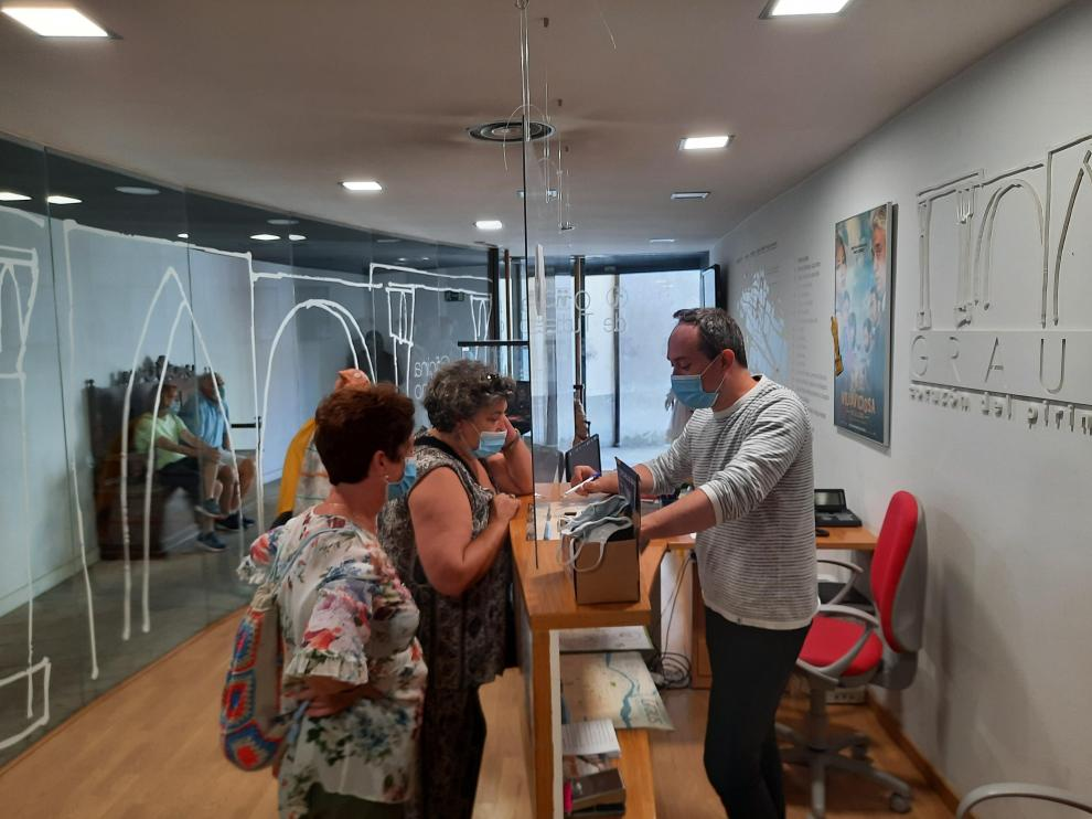 Turistas en la Oficina de Turismo de Graus.