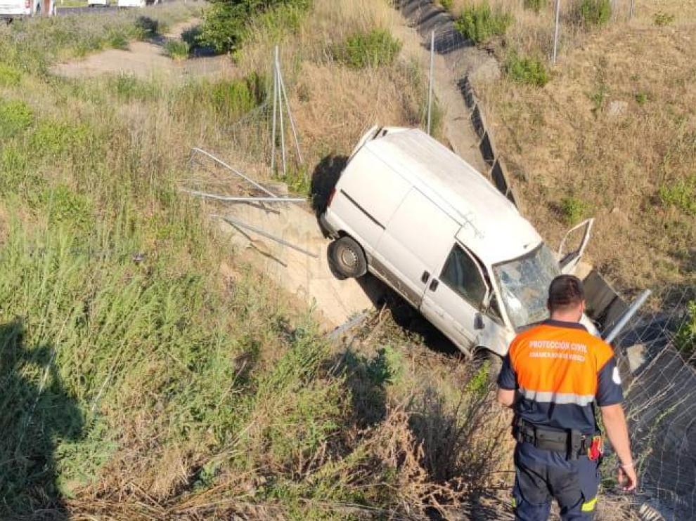 El vehículo se ha salido de la calzada por causas que se desconocen.