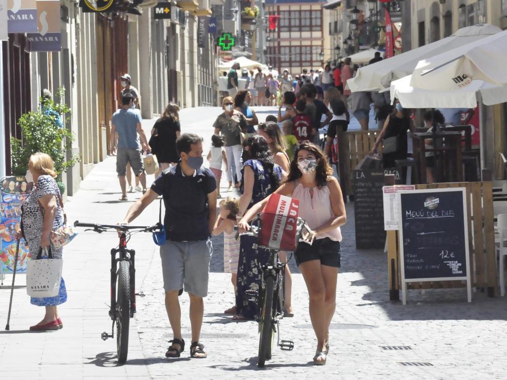 Turistas y vecinos, de paseo por Jaca