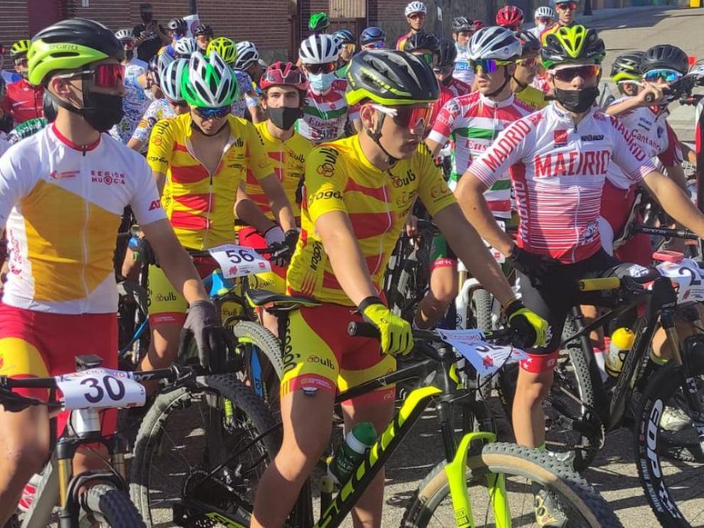 El ciclista del CC Oscense Rafa López, en la salida de la carrera cadete de BTT.