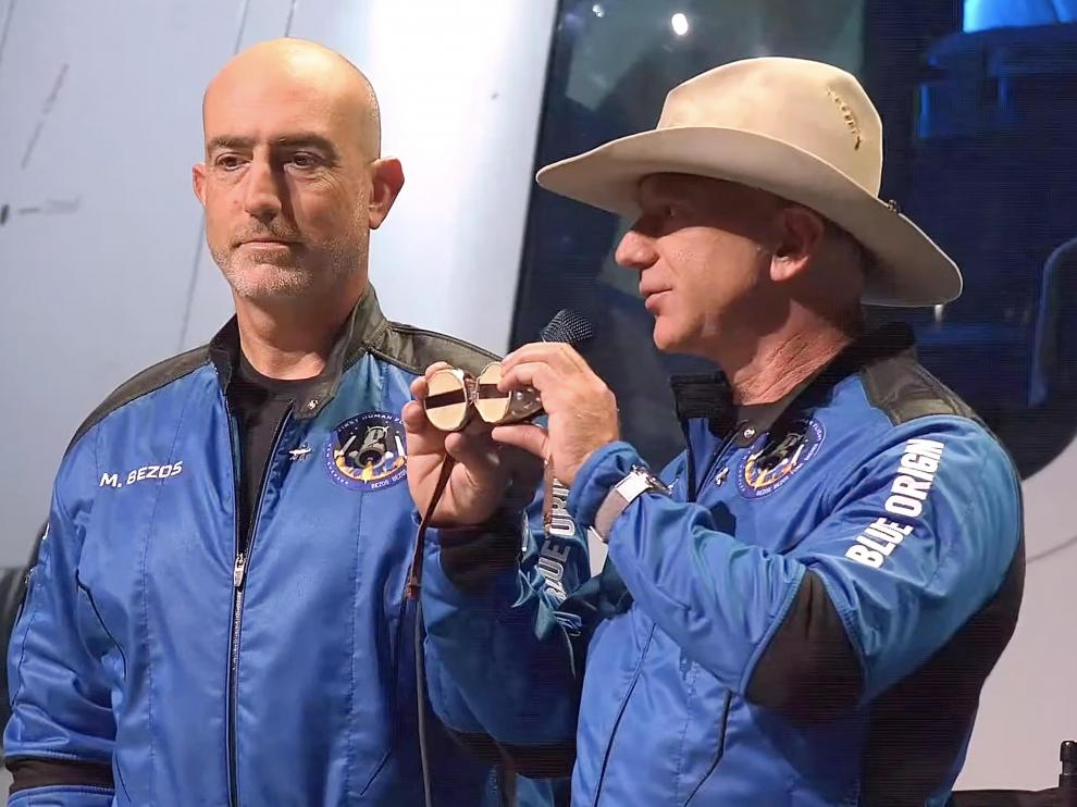 Launch Site One (United States), 20/07/2021.- A frame grab from a Blue Origin handout video showing Jeff Bezos (R) and Mark Bezos during a press conference after Blue Origin New Shepard made a trip to space following lift off from Launch Site One, Texas, USA, 20 July 2021. (Estados Unidos) EFE/EPA/BLUE ORIGIN / HANDOUT HANDOUT EDITORIAL USE ONLY/NO SALES Jeff Bezos and New Shepard launch