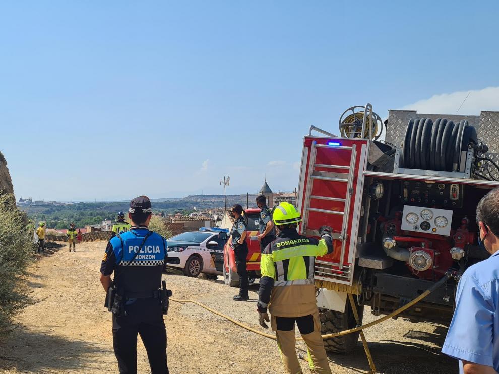 Los bomberos atendiendo un incendio.