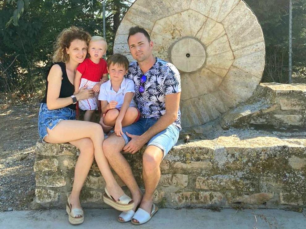Lorena Carrasquer y Fernando Chárlez con sus hijos Vega y Hugo