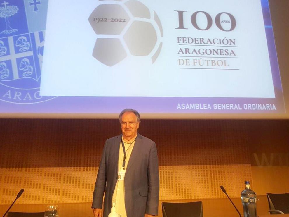 Óscar Fle, en la reciente asamblea, con un logotipo del centenario de la Federación Aragonesa.