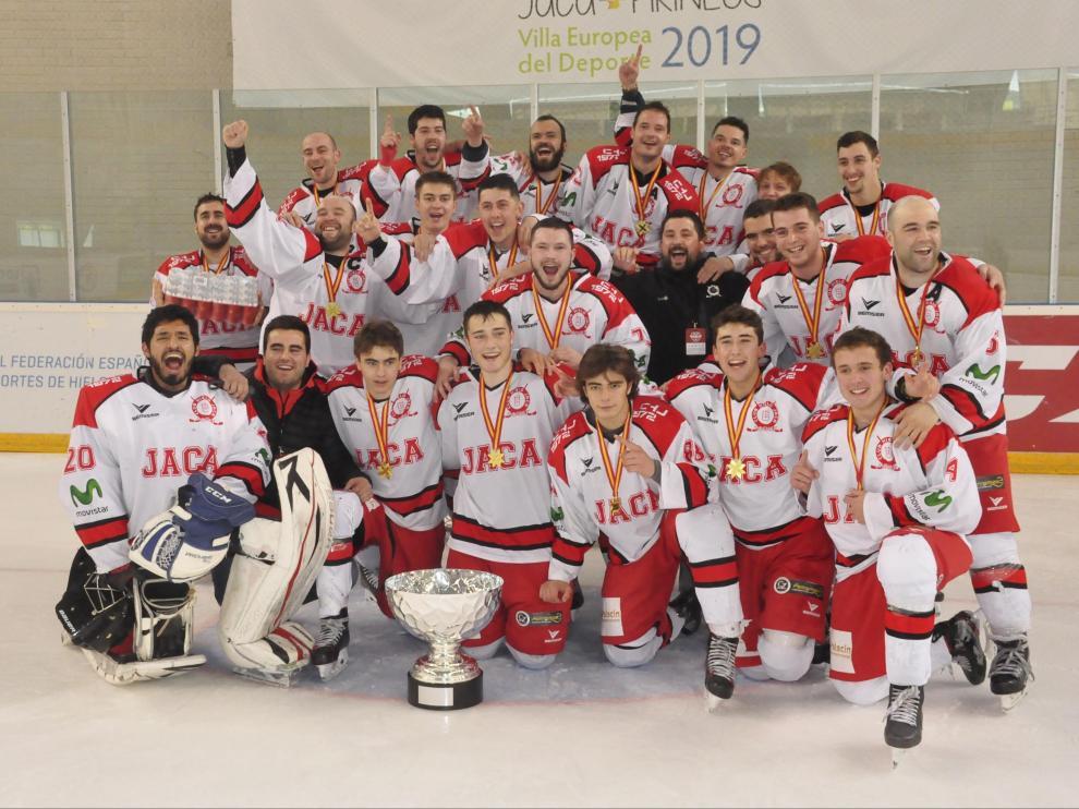 La plantilla del Club Hielo Jaca, con el título de Copa ganado el pasado mes de mayo.