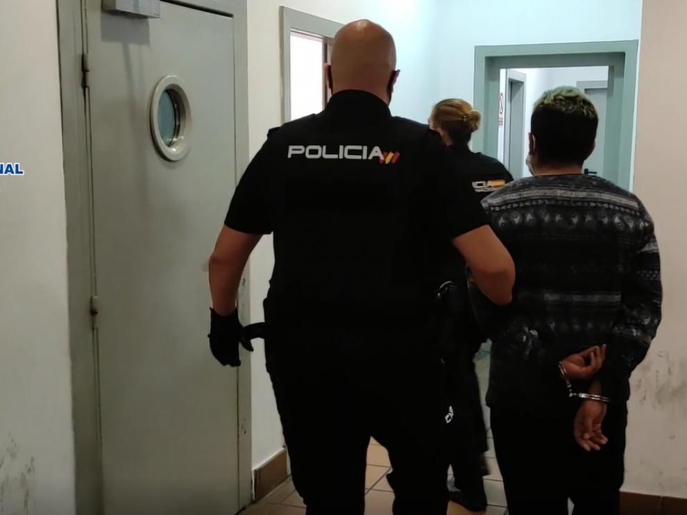 Uno de los detenidos entrando en el Juzgado