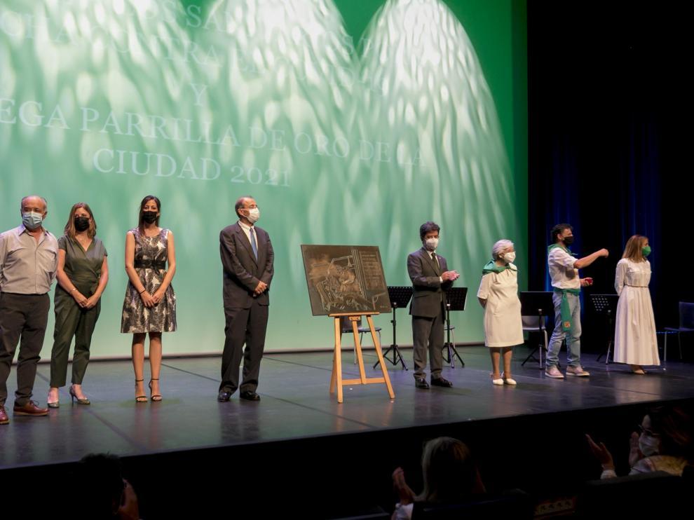 Sanitarios, a la izquierda, y la familia de La Confianza, tras recibir el homenaje de la ciudad de Huesca.