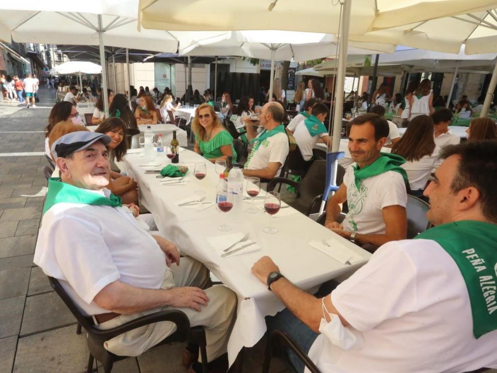 Uno de los grupos que se han dado cita para almorzar en la plaza Alfonso el Batallador