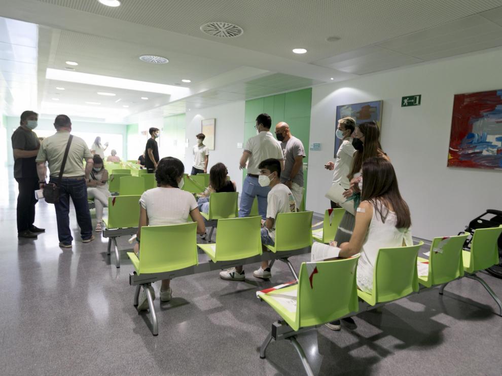 Adolescentes en el Centro de Salud de Los Olivos, en Huesca ciudad, donde se les ha puesto la vacuna contra la covid.