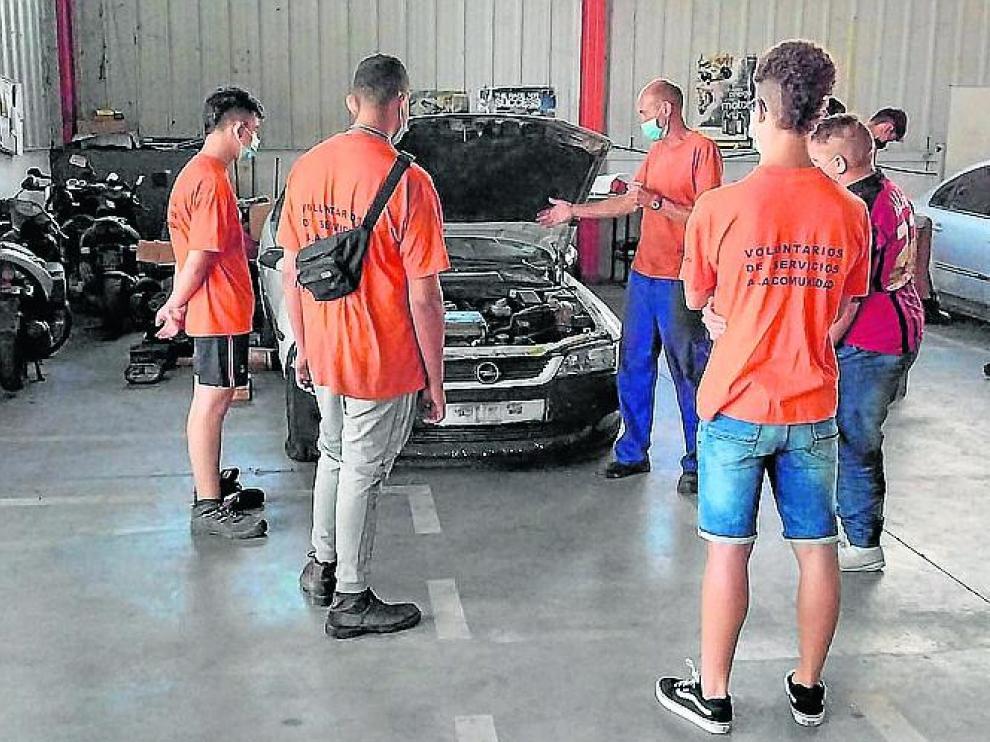 Imagen de algunos alumnos en el taller de mecánica.