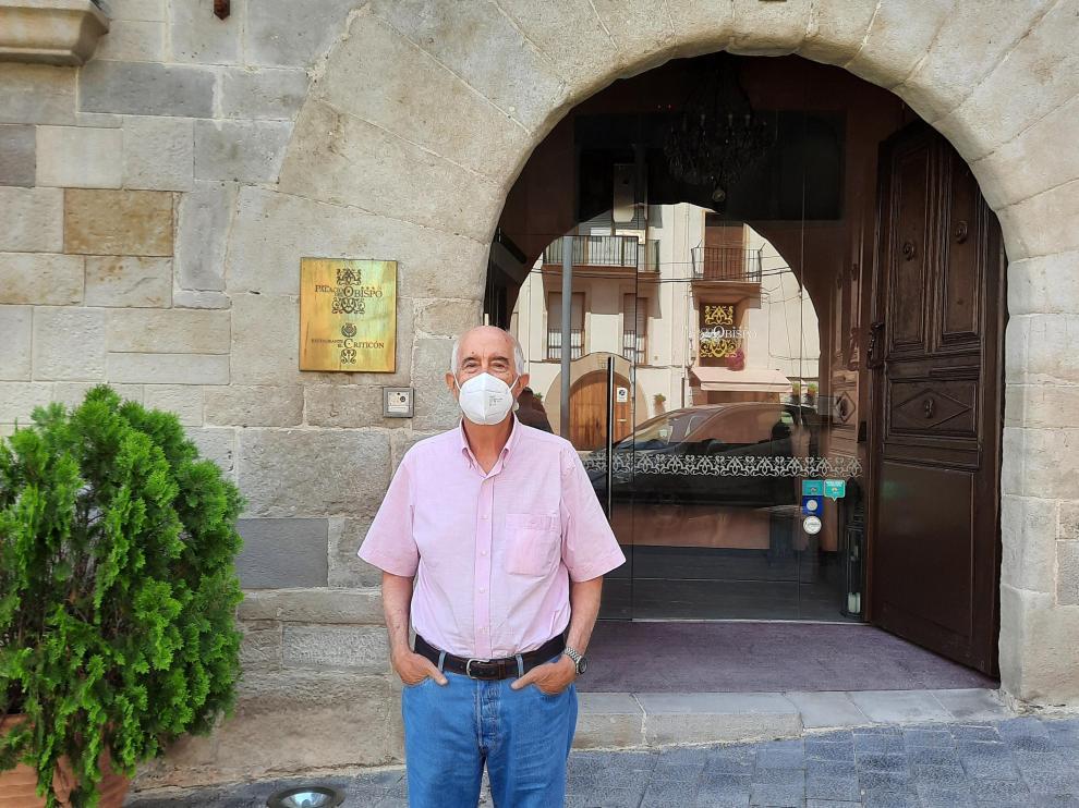 Antonio Baldellou, frente al Palacio del Obispo Esmir, hoy reconvertido en hotel.