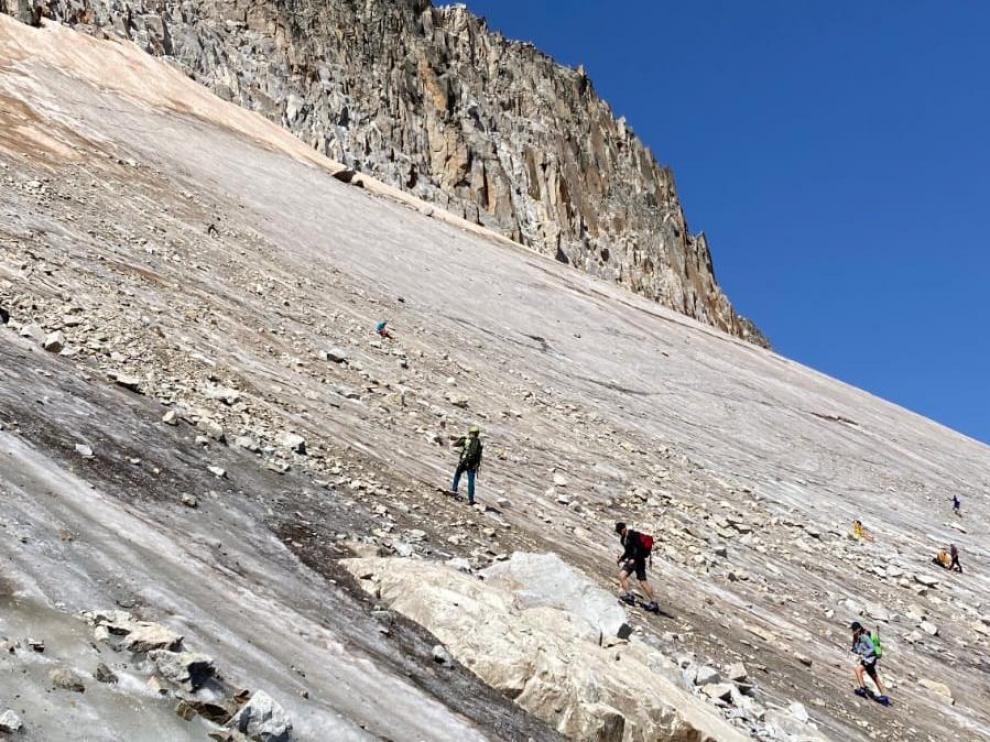 Montañistas en el glaciar durante el ascenso al Aneto.