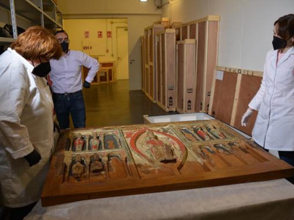 Desembalaje del Frontal de Buira en dependencias del Museo Diocesano de Barbastro-Monzón.
