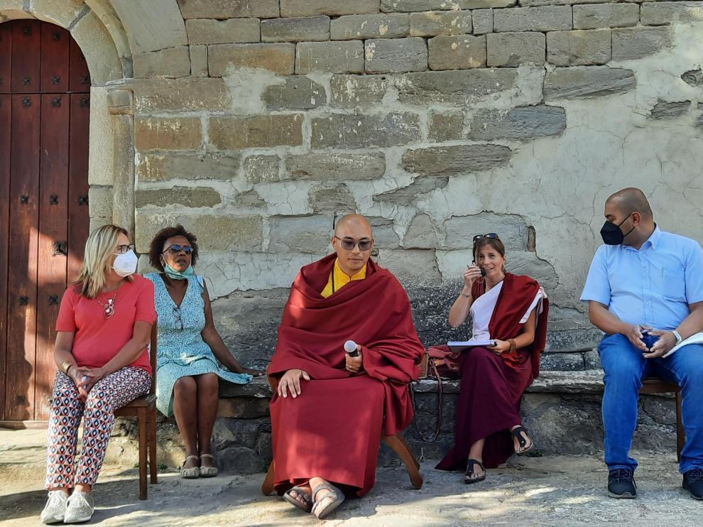 Kalu Rimpoché, en Cajigar, flanqueado por Montse Lloret, Anne Marie, una integrante de la delegación budista, y el párroco Julián.