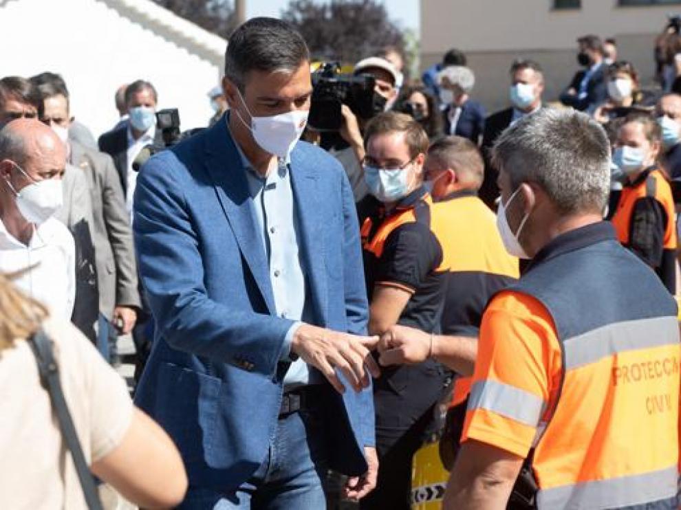 Sánchez ha visitado la zona arrasada por los incendios en Ávila y ha agradecido su labor a las brigadas