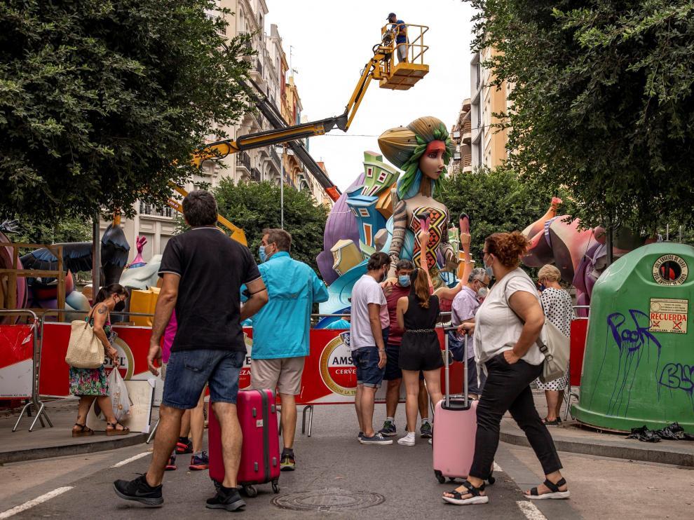Turistas en Valencia observando las Fallas recién plantadas.