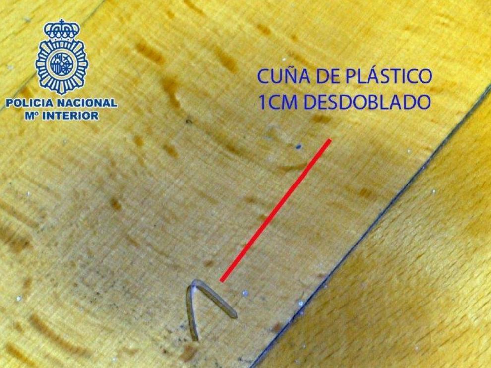 Cuña de plástico usada por ladrones para marcar las viviendas vacías