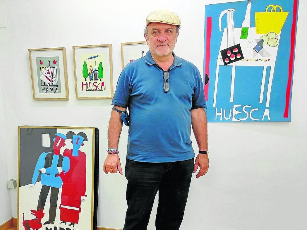 Antonio Santos ante algunas de sus obras expuestas en La Anónima.