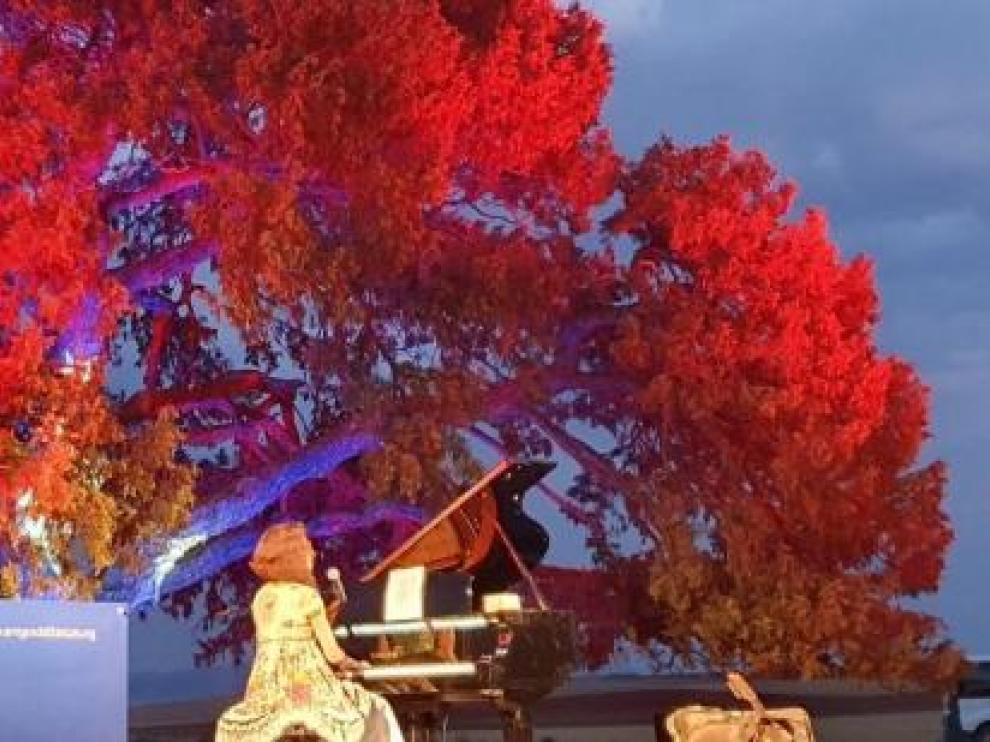 La cantante aragonesa Carmen París,  actuó bajo el árbol milenario durante la inauguración de la candidatura